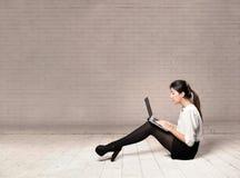 Junge Geschäftsfrau, die einen Laptop verwendet stockfoto