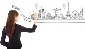Junge Geschäftsfrau, die einen Reisereisemarkstein zeichnet stockfoto