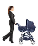 Junge Geschäftsfrau, die einen Schätzchen-Spaziergänger drückt Lizenzfreies Stockbild