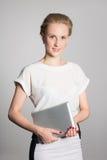 Junge Geschäftsfrau, die einen Tablet-PC hält Stockfoto