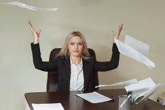 Junge Geschäftsfrau, die einige Papierblätter wirft lizenzfreies stockfoto