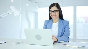 Junge Geschäftsfrau, die Erfolg, Aufregung auf hoher Stufe feiert stock footage