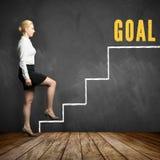 Junge Geschäftsfrau, die ersten Schritt hin zu ihrem Ziel unternimmt Lizenzfreies Stockfoto