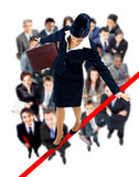 Junge Geschäftsfrau, die fast auf ein Drahtseil geht Lizenzfreies Stockfoto