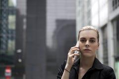 Junge Geschäftsfrau, die am Handy spricht Lizenzfreies Stockbild