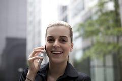 Junge Geschäftsfrau, die am Handy spricht Lizenzfreie Stockbilder