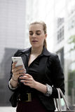 Junge Geschäftsfrau, die am Handy spricht Stockfotos