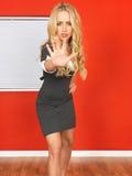 Junge Geschäftsfrau, die heraus Hand hält, um zu verhindern und zu stoppen Stockfotografie
