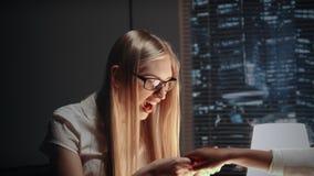 Junge Geschäftsfrau, die ihre Aufregung zeigt, nachdem Verlobungsring des Freunds betrachtet worden ist stock video footage