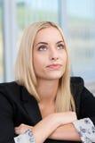 Junge Geschäftsfrau, die ihre Strategie plant Stockfotos