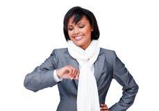 Junge Geschäftsfrau, die ihre Uhr betrachtet Stockbild