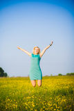 Junge Geschäftsfrau, die ihren Erfolg draußen nach stark feiert stockfotografie