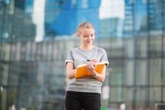 Junge Geschäftsfrau, die ihren Tag plant Lizenzfreie Stockbilder