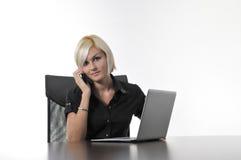Junge Geschäftsfrau, die im Büro auf Laptop arbeitet Lizenzfreies Stockbild