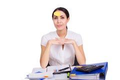 Junge Geschäftsfrau, die im Büro mit freiem Raum sitzt Stockbild