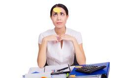 Junge Geschäftsfrau, die im Büro mit freiem Raum sitzt Lizenzfreie Stockfotografie