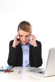 Junge Geschäftsfrau, die im Druck am Bürocomputer frustriert arbeitet lizenzfreie stockbilder