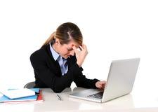 Junge Geschäftsfrau, die im Druck am Bürocomputer frustriert arbeitet lizenzfreies stockfoto