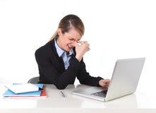 Junge Geschäftsfrau, die im Druck am Bürocomputer frustriert arbeitet stockfoto