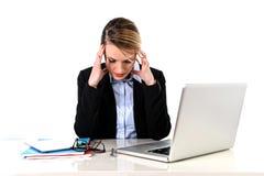 Junge Geschäftsfrau, die im Druck am Bürocomputer frustriert arbeitet stockbild