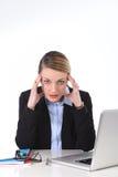 Junge Geschäftsfrau, die im Druck am Bürocomputer frustriert arbeitet stockfotografie