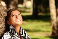 Junge Geschäftsfrau, die im Park stillsteht Stockfoto