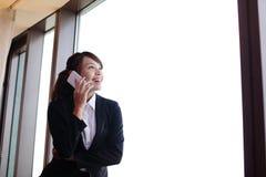 Junge Geschäftsfrau, die intelligentes Telefon spricht Lizenzfreies Stockfoto