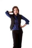 Junge Geschäftsfrau, die lächelnd steht Lizenzfreie Stockfotos