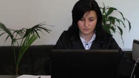 Junge Geschäftsfrau, die an Laptop-Computer arbeitet stock video footage