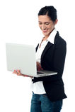 Junge Geschäftsfrau, die Laptop verwendet Lizenzfreies Stockfoto