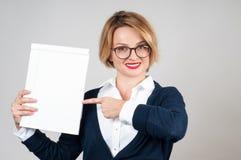 Junge Geschäftsfrau, die leeren weißen Parer hält stockbilder