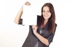 Junge Geschäftsfrau, die leeres Leerzeichen anhält Lizenzfreie Stockbilder