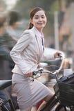 Junge Geschäftsfrau, die mit einem Fahrrad, Peking, China austauscht Lizenzfreie Stockbilder