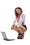 Junge Geschäftsfrau, die mit Laptop sitzt lizenzfreie stockbilder