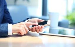 Junge Geschäftsfrau, die mit modernen Geräten arbeitet Lizenzfreie Stockbilder