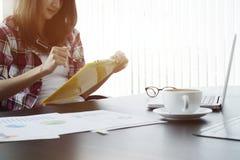 Junge Geschäftsfrau, die mit neuem Startprojekt in modernem arbeitet Lizenzfreie Stockfotos