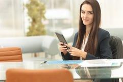 Junge Geschäftsfrau, die mit Tablette arbeitet Lizenzfreies Stockbild