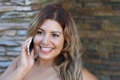 Junge Geschäftsfrau, die Mobiltelefon verwendet Lizenzfreies Stockfoto