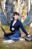 Junge Geschäftsfrau, die an Natur arbeitet. lizenzfreies stockfoto