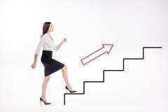 Junge Geschäftsfrau, die oben auf Treppe geht Lizenzfreie Stockbilder
