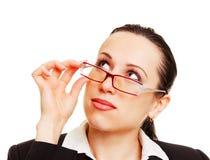 Junge Geschäftsfrau, die oben mit Interesse schaut Lizenzfreie Stockfotos