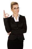 Junge Geschäftsfrau, die perfektes Zeichen zeigt lizenzfreies stockfoto