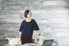 Junge Geschäftsfrau, die an Projekt arbeitet stockbilder