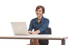 Junge Geschäftsfrau, die am Schreibtisch sitzt stockbilder