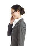 Junge Geschäftsfrau, die an Telefon 2 spricht Stockfotos