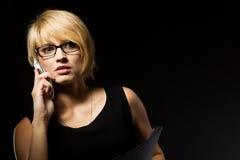 Junge Geschäftsfrau, die am Telefon spricht Stockfotos