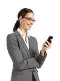 Junge Geschäftsfrau, die am Telefon texting ist Lizenzfreie Stockbilder