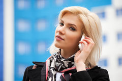 Junge Geschäftsfrau, die um das Telefon ersucht Lizenzfreie Stockfotografie