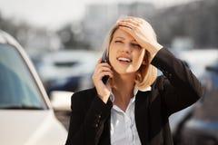 Junge Geschäftsfrau, die um den Handy ersucht Stockfotografie