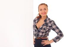Junge Geschäftsfrau, die unbelegtes Schild zeigt Lizenzfreies Stockbild